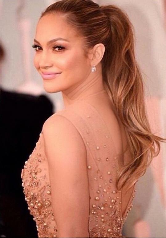 Že by se vrátil klasický vlasový trend? Tři krásky si nechaly vyčesat culík - jednalo se o Jennifer Lopez, Dakotu Johnson a Jennu Dewan-Tatum.
