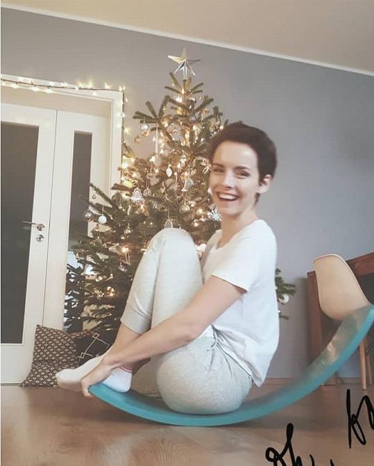 Gabriela Lašková před stromečkem testovala vánoční dárky pro syna Bena.