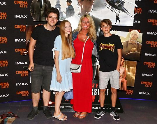 Lucie Benešová s rodinkou na akční střílečce