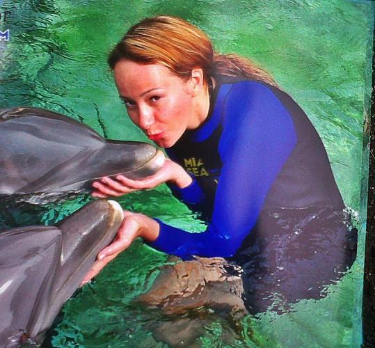 Na dotek se k delfínům dostala v mořském akváriu.