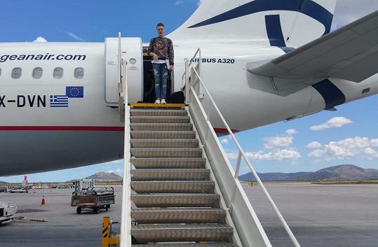 V letadle nyní tráví zpěvák hodně času.