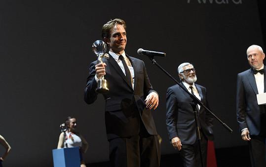 Robert na festivalu převzal od Jiřího Bartošky cenu.