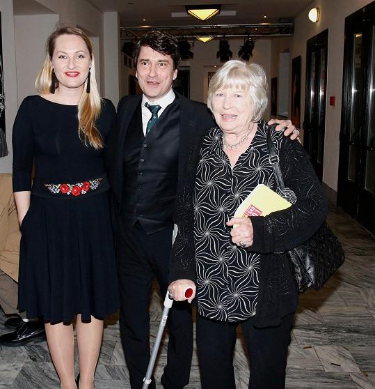 Saša Rašilov dorazil na udílení Cen divadelní kritiky za rok 2018 v doprovodu manželky Lídy a maminky.
