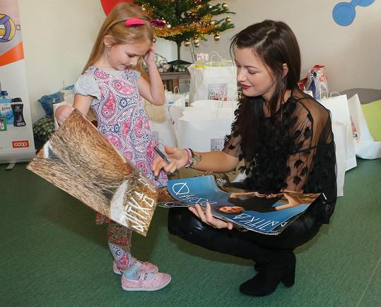 Dětem přinesla i plakáty, které podepsala.