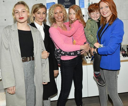 Moderátorka s kamarádkou Romanou Pavelkovou, Ivanou Jirešovou a dětmi