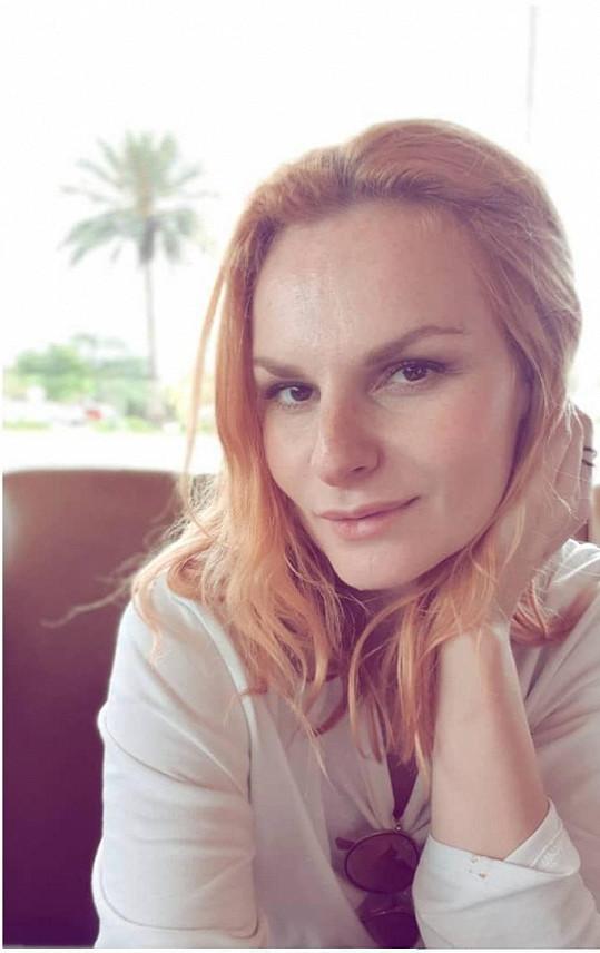 Herečka si právě užívá sluníčka na Floridě, která je jednou ze zastávek turné Na Stojáka po USA.