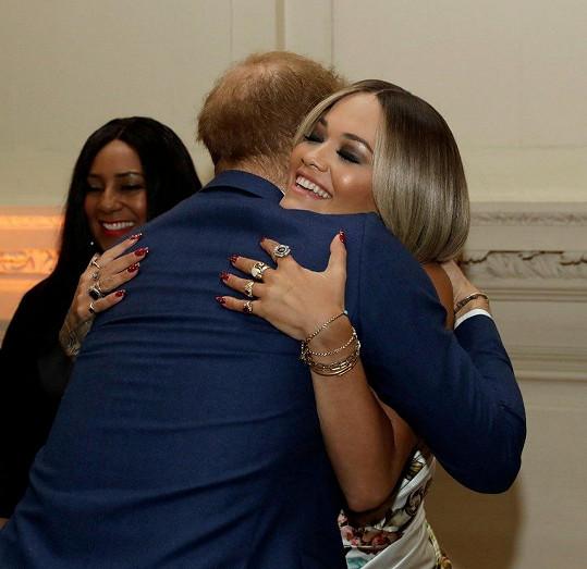 Takhle vřelé objetí si dala úspěšná zpěvačka začátkem letošního roku s princem Harrym.