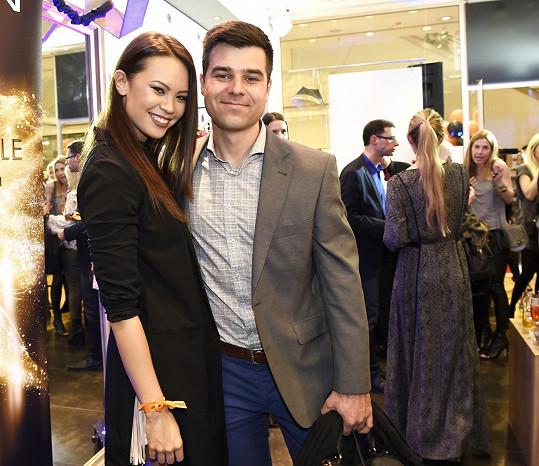 Monika s přítelem Martinem Košínem na výročí butiku s řeckou módou.