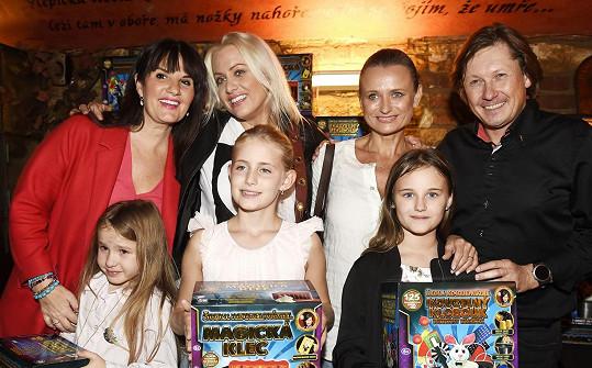 Holčičky zapózovaly s maminkami (zleva) Pavlínou Senič, Terezou Mátlovou a Janou Adamcovou a kouzelníkem Kožíškem.