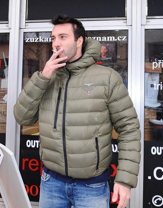 Vašek dostává od svého trenéra Lukáše Dvořáka čoud za kouření.