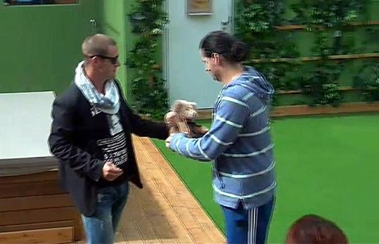 Zvěřina donesl Vladkovi medvídka.