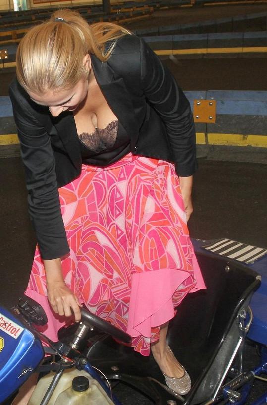 Ornella Koktová si prohlížela motokáry.