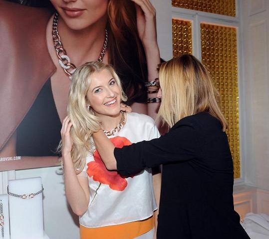 Jitka zkoušela stejné šperky jako topmodelka Miranda Kerr na kampaňové fotce.