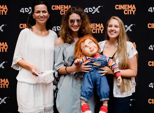 Adéla s dcerou a její kamarádkou si neodpustily pózovačku s panenkou Chucky.