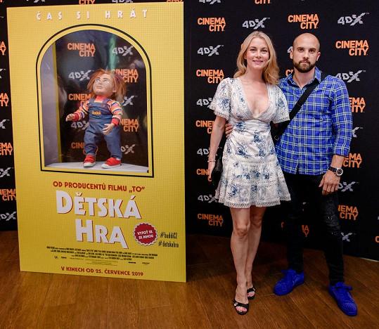 Na premiéru ji doprovodil sedmadvacetiletý syn Nikola.