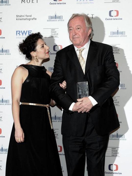 Marta předávala cenu Jiřímu Lábusovi.