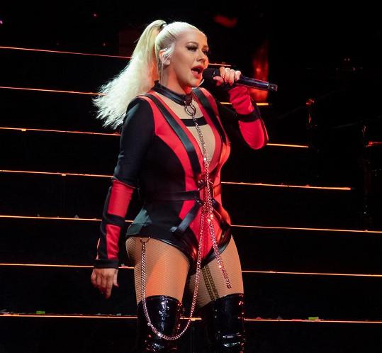 I kostýmy, které má na turné, jsou dost odvážné.