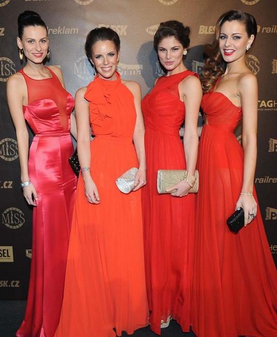 Trapas, nebo módní trend? Dívky v červených šatech ochotně zapózovaly.