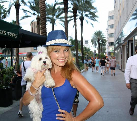 Michaela Nosková se během nákupů stihla vyfotit i s tímto rozkošným psím mazlíčkem.