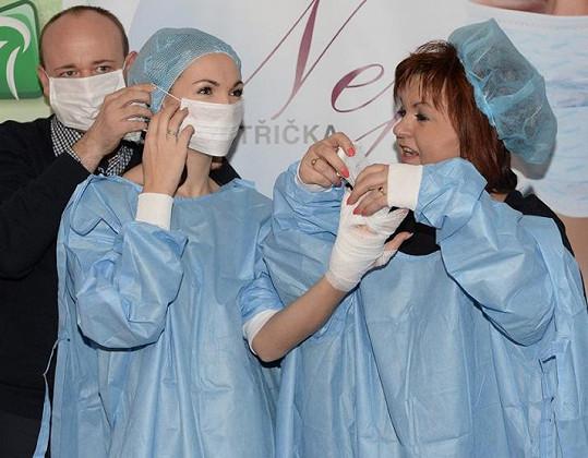 Dámám do lékařských plášťů pomáhal David Novotný.