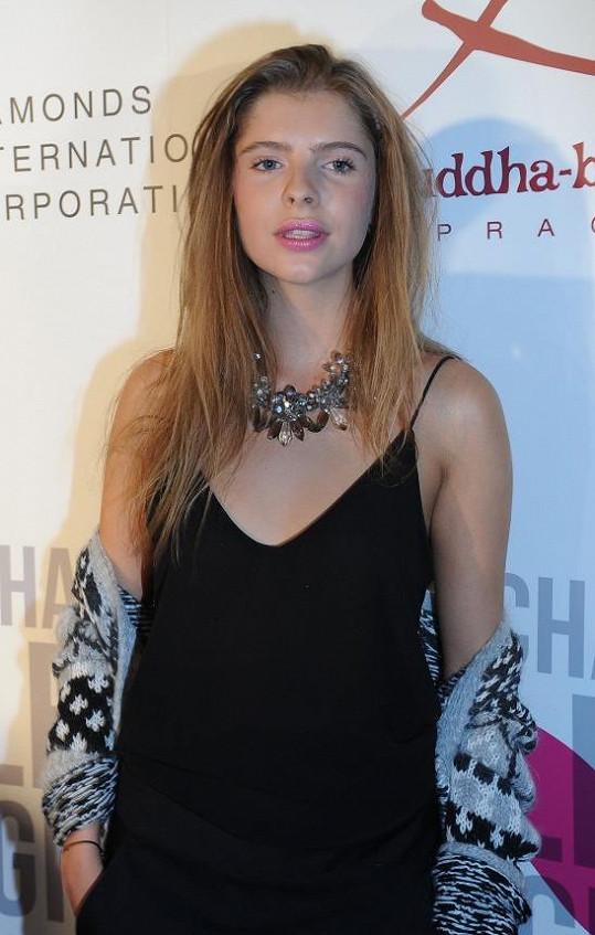 Emma Müllerová se živí v Paříži jako modelka.