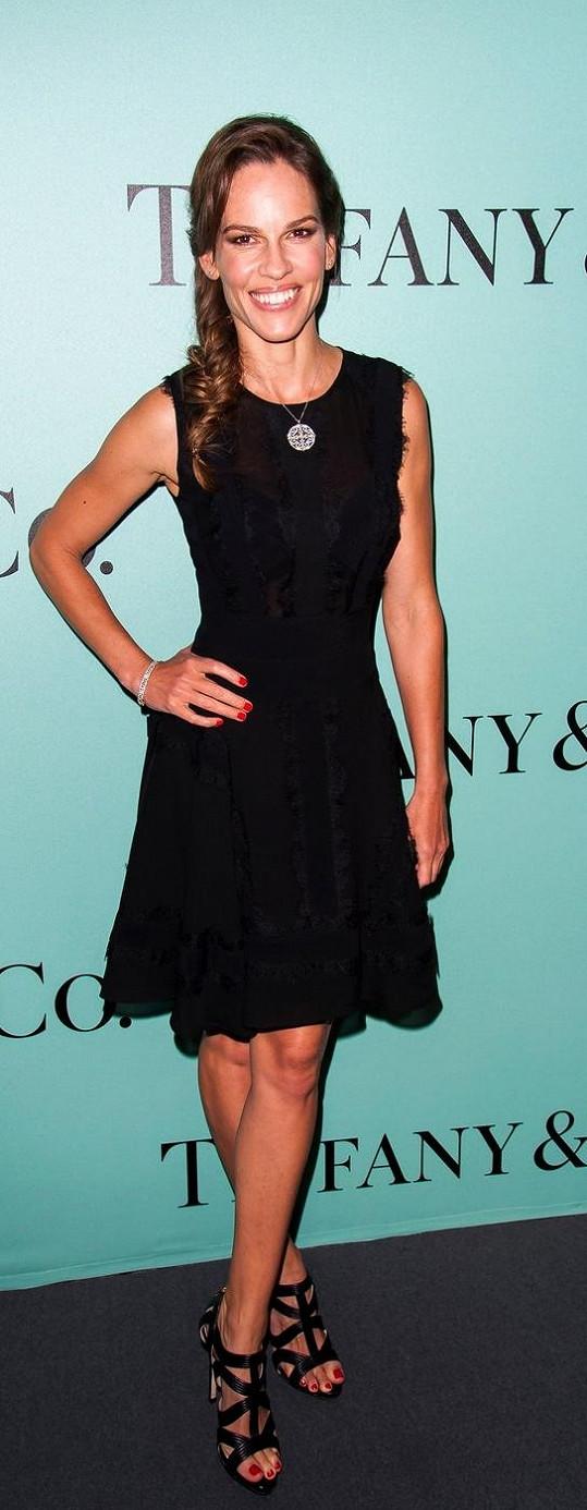 Oproti Jessice byla ten večer její kolegyně Hilary Swank za černou labuť. K černým vypasovaným koktejlkám od Elieho Saaba zvolila herečka páskové sandály.