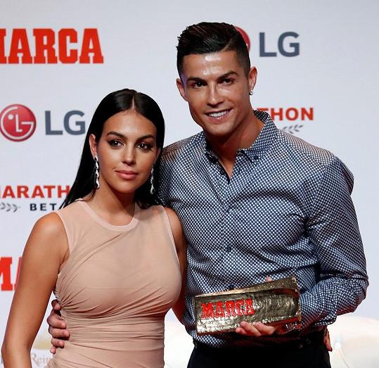 Díky hvězdnému fotbalistovi žije sen nejedné ženy.