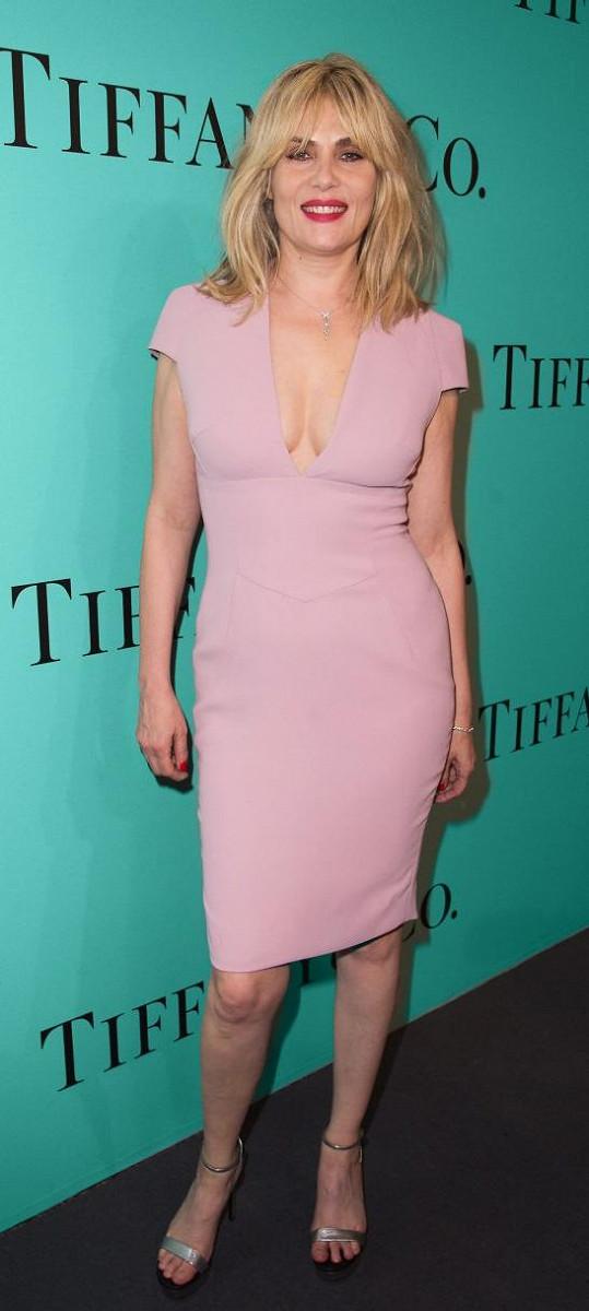 Ikona francouzského filmu Emmanuelle Seigner v růžových pouzdrových šatech Alexandre Vauthier připomínala díky aktuálně trendy rozcuchanému účesu a rudé rtěnce Courtney Love. Rockovou divošku by ale jen stěží ozdobili šperky za milióny jako Emmanuelle.
