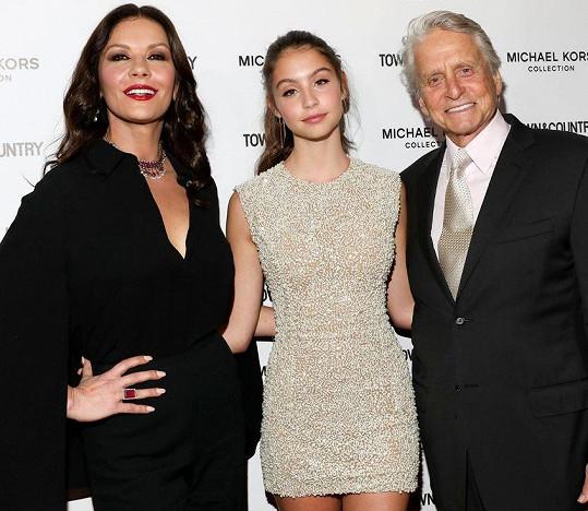 Zeta-Jones obecně miluje módu a její dcera zálibu podědila. Na snímku s manželem, respektive otcem Michaelem Douglasem