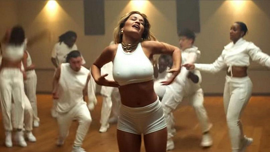Nedávno vydala nový singl, v jehož klipu je zase neskutečně sexy.
