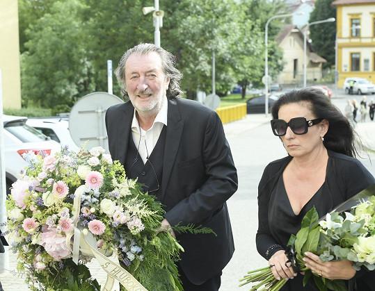 Rozloučit se přišel také Bolek Polívka s manželkou Marcelou