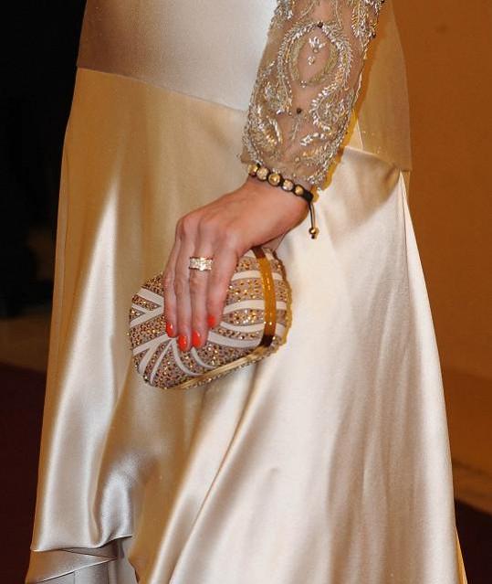 Šaty doladila krásnými šperky.