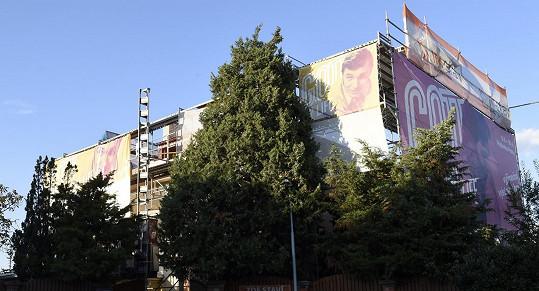 Na budově stále visí reklamy na Gottovu výstavu.