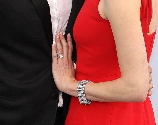 K zásnubnímu prstenu s kamenem začátkem ledna na hereččině prsteníčku přibyl jednoduchý snubní kroužek.