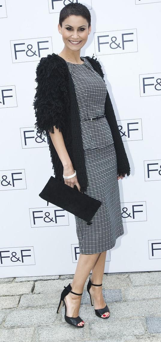 Erbová oblékla top z tuhého materiálu F&F za 649 korun a sukni stejné značky a materiálu za 569 korun.