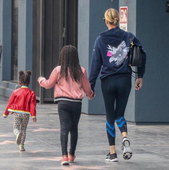 Obě své děti herečka vychovává jako holky.
