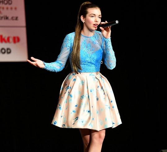 V Jaroměři zazpívala své nové písničky.