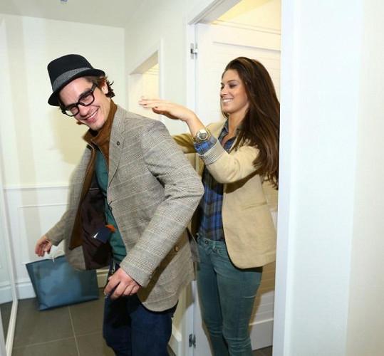 ...ale pomáhala mu i vybírat oblečení.