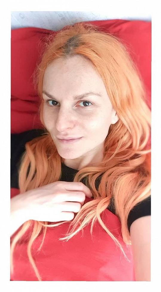 Iva Pazderková si ještě nějakou dobu v posteli poleží.