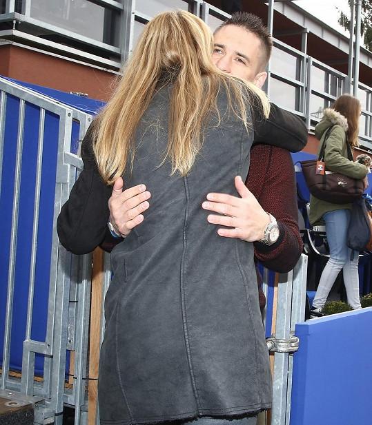 Tomáš Plekanec objímal dojatou Šafářovou.