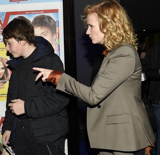 Aně dělal v kině doprovod starší syn.
