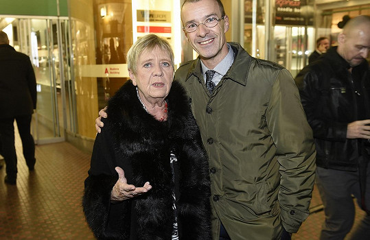 Jaroslava (s kamarádem) na premiéře Trháku, kam dorazila na konci října.