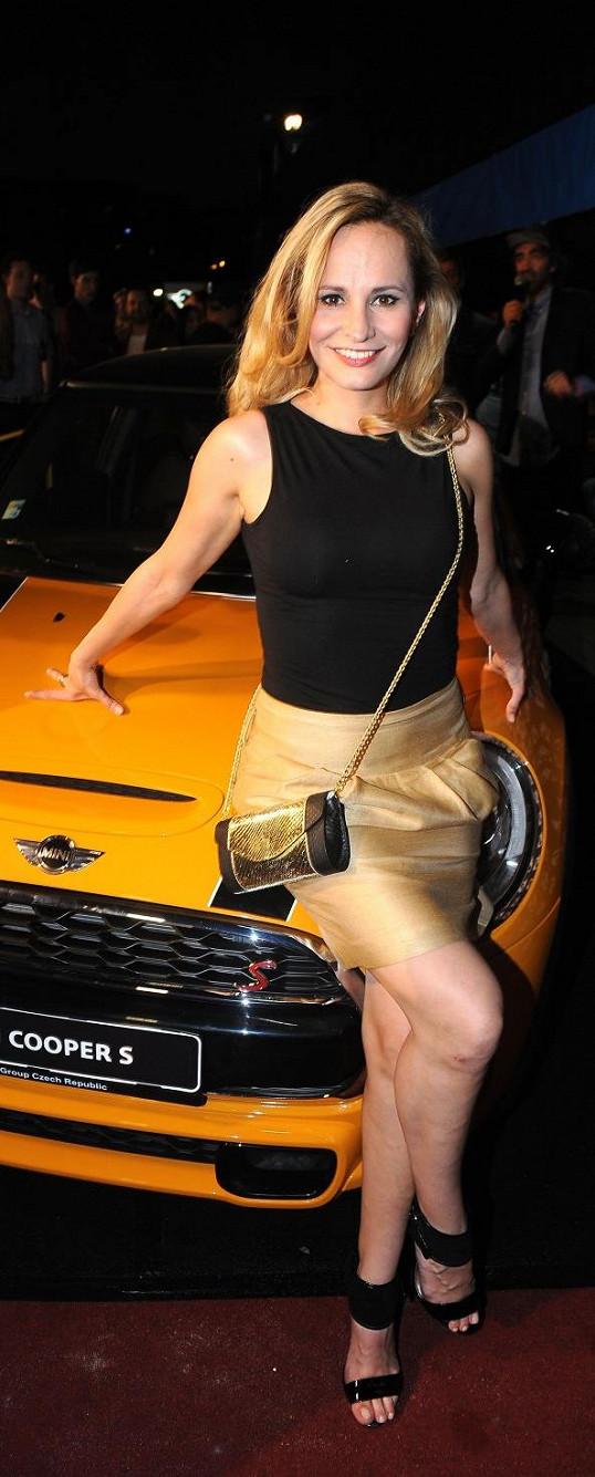 Monika dostala nové auto, stejné jí daroval expřítel Vráťa, ale po rozchodu mu ho vrátila.