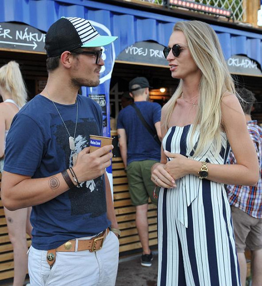 Partnerka Bára nebyla Davidovi nablízku, tak se mohl dát do družného rozhovoru s modelkou Veronikou Kašákovou.
