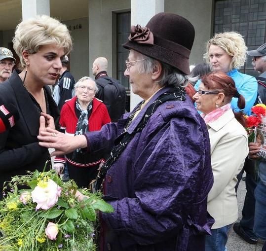 Diana se chtěla na pohřbu Bartošové zviditelnit.
