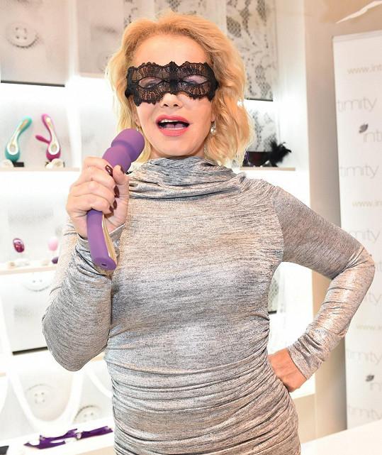 Herečka si zalaškovala s robertkem místo mikrofonu.