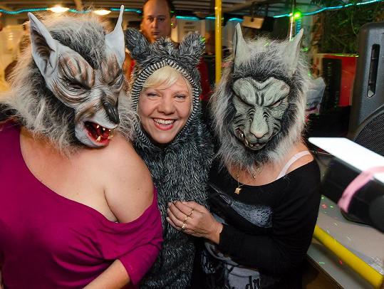 Marie Pojkarová a její doprovodná kapela složená ze štěkajících vlkodlaků