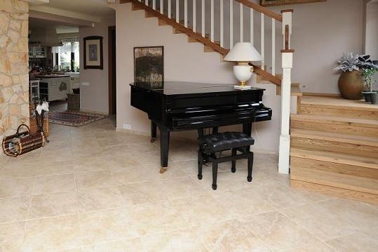 V obývacím pokoji nechybí nádherný klavír.