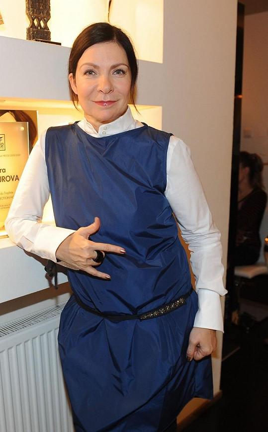 Anna K. si našla v šatníku model, který připomínal zástěru.