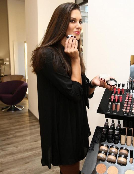 Když dorazila do svého dvorního salonu, tak si hned po příchodu upravila make-up.